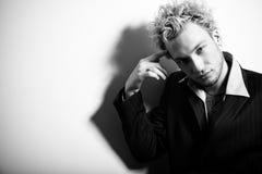 stilfull dräkt för blond stilig manstående Fotografering för Bildbyråer