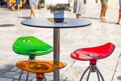 Stilfull färgrik utomhus- kafeteriastol arkivbilder
