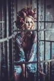 Stilfull flicka för lyxigt mode i bur Blommaklänning och en wr arkivfoton