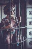 Stilfull flicka för lyxigt mode i bur Blommaklänning och en wr arkivbild