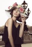 Stilfull flicka med den blom- hatten Arkivbild