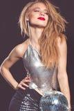Stilfull flicka med diskobollen över svart bakgrund Royaltyfri Fotografi