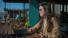 Stilfull flicka med vänner på video pratstund lager videofilmer