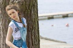 Stilfull flicka nära lakeside Arkivfoto