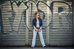 Stilfull flicka på en bakgrund av en vägg Royaltyfri Fotografi