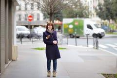 Stilfull flicka på en Paris Arkivbild