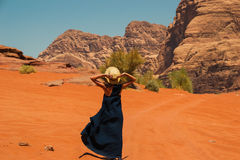 Stilfull flicka som bär den moderiktiga hatten och långa klänningen som tycker om liv, fantastiskt landskap Inspiration frihetslo Fotografering för Bildbyråer