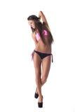 Stilfull flicka som poserar i bikinin som isoleras på vit Royaltyfri Foto