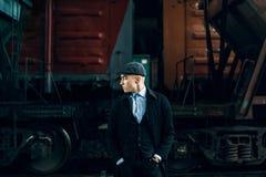 Stilfull gangster i tweeddräkten som poserar på bakgrund av järnvägen Royaltyfria Bilder