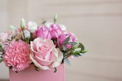 Stilfull gifta sig bukettbrud av den rosa vit nejlikan f?r rosor och gr?na blommor och gr?splaner med band som ligger p? pastell royaltyfria foton