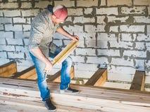 Stilfull grabb som arbetar med hjälpmedel på trä Arkivfoton