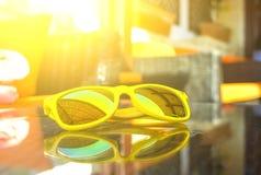 Stilfull gul solglasögon i den gataEuropa krogen som kopplar av i kafé Grekland royaltyfria foton