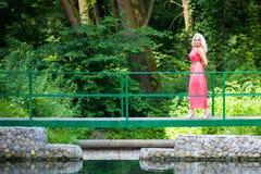 Stilfull härlig blond kvinna arkivfoto