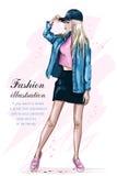 Stilfull härlig flicka i lock fashion flickan Hand dragen gullig kvinna i modekläder skissa stock illustrationer