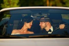 Stilfull härlig lycklig brud och brudgum förbunden bröllopbarn Royaltyfri Foto