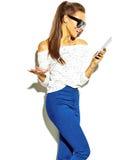 Stilfull härlig modell i stilfull kläder för sommar i studio Arkivfoton