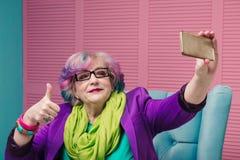 Stilfull hög kvinna som använder den smarta telefonen Royaltyfri Fotografi