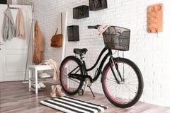 Stilfull hallinre med den moderna cykeln royaltyfri fotografi