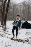 Stilfull hipsterhandelsresande med ryggsäcken som poserar i vintern snöig fo arkivfoto