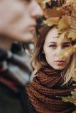 Stilfull hipsterkvinna och man som poserar och ser under guling le fotografering för bildbyråer