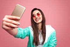 Stilfull hipsterkvinna som tar selfie royaltyfri foto