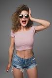 Stilfull hipstermodestående av den moderiktiga tillfälliga unga kvinnan med skrisinnesrörelser i studio royaltyfri foto