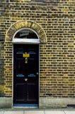 Stilfull ingång till en bostads- byggnad, en intressant facad Royaltyfri Foto