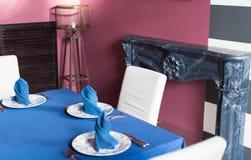 Stilfull inre av en dyr restaurang Elegantly fastställd tabl arkivfoto