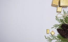 Stilfull julsammansättning granfilialer, kottar och julgåvor på vit bakgrund Lekmanna- bästa sikt för lägenhet royaltyfria foton