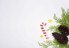 Stilfull julsammansättning granfilialer, kottar och julgarneringar på vit bakgrund Lekmanna- bästa sikt för lägenhet Royaltyfri Foto