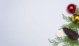 Stilfull julsammansättning granfilialer, kottar och julgarneringar på vit bakgrund Lekmanna- bästa sikt för lägenhet royaltyfri bild