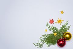 Stilfull julsammansättning granfilialer och julgarneringar på vit bakgrund Lekmanna- bästa sikt för lägenhet arkivfoto