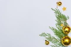 Stilfull julsammansättning med granfilialer och garneringar på vit bakgrund Royaltyfria Bilder