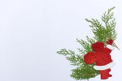 Stilfull julsammansättning med granfilialer och garneringar på vit bakgrund Fotografering för Bildbyråer