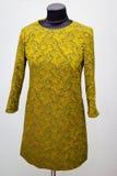 Stilfull klänning på attrappen Arkivbild