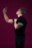 Stilfull kroppsbyggare som gör selfie med smartphonen Arkivfoton