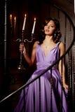 Stilfull kvinna för lyxigt mode i den rika inre Härlig gir Royaltyfria Bilder