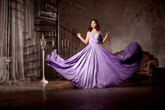 Stilfull kvinna för lyxigt mode i den rika inre Härlig gir Fotografering för Bildbyråer
