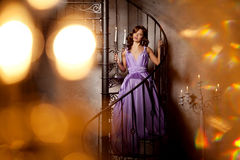 Stilfull kvinna för lyxigt mode i den rika inre Härlig gir Royaltyfri Bild