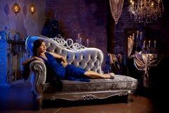Stilfull kvinna för lyxigt mode i den rika inre Härlig gir Arkivfoton