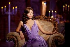 Stilfull kvinna för lyxigt mode i den rika inre Härlig gir Royaltyfri Foto