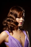 Stilfull kvinna för lyxigt mode i den rika inre Härlig gir Royaltyfria Foton