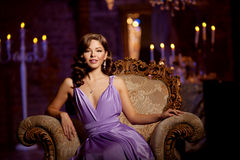 Stilfull kvinna för lyxigt mode i den rika inre Skönhetflicka w Arkivfoton