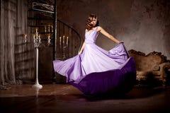 Stilfull kvinna för lyxigt mode i den rika inre Skönhetflicka w Royaltyfri Fotografi