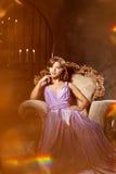Stilfull kvinna för lyxigt mode i den rika inre Skönhetflicka w Royaltyfria Bilder