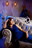 Stilfull kvinna för lyxigt mode i den rika inre Skönhetflicka w Royaltyfri Foto