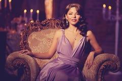 Stilfull kvinna för lyxigt mode i den rika inre Skönhetflicka w arkivbild