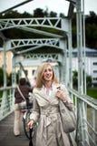 Stilfull kvinna i en regnrock royaltyfri bild
