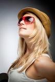 Stilfull kvinna i solglasögon och en hatt arkivfoton