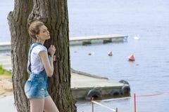Stilfull kvinna i utomhus- sommarfors Arkivbilder